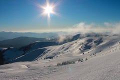 Vintern Ukraina, berget, solnedgången som är carpathian, bergskedja, landskap, turism, snöresa, utomhus, fördunklar himmel, dimma Arkivfoton