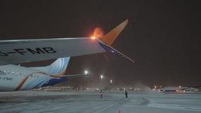 Vinternattsikt av den Sheremetyevo flygplatsen med Flydubai Boeing 737-8 max, Moskva lager videofilmer