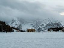 Vinterpanorama av de italienska dolomitesna för djupfryst Misurina sjö royaltyfri bild