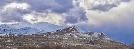 Vinterpanorama av korkad Oquirrh bergskedjasnö, som inkluderar den Bingham Canyon Mine eller Kennecott kopparminen, som det rykta royaltyfri foto