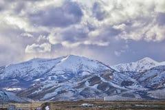 Vinterpanorama av korkad Oquirrh bergskedjasnö, som inkluderar den Bingham Canyon Mine eller Kennecott kopparminen, som det rykta arkivfoto