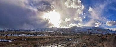 Vinterpanorama av korkad Oquirrh bergskedjasnö, som inkluderar den Bingham Canyon Mine eller Kennecott kopparminen, som det rykta arkivfoton