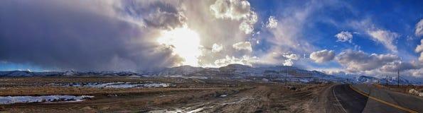 Vinterpanorama av korkad Oquirrh bergskedjasnö, som inkluderar den Bingham Canyon Mine eller Kennecott kopparminen, som det rykta royaltyfria bilder