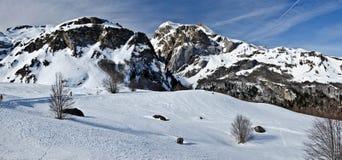 Vinterpanorama av Pyrenees på Somport längdlöpning skidar semesterorten royaltyfri fotografi