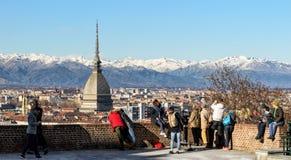 Vinterpanorama av turin med turister Royaltyfri Bild