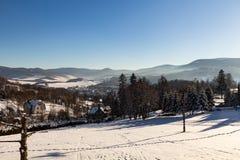 Vinterpanoramalandskapet med skogen, träd täckte snö och soluppgång winterly morgon av en ny dag Vinterlandskap med solnedgång royaltyfri fotografi
