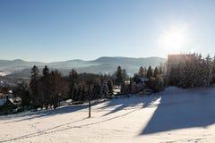 Vinterpanoramalandskapet med skogen, träd täckte snö och soluppgång winterly morgon av en ny dag Vinterlandskap med solnedgång royaltyfri bild