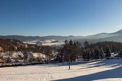Vinterpanoramalandskapet med skogen, träd täckte snö och soluppgång winterly morgon av en ny dag Vinterlandskap med solnedgång royaltyfria bilder