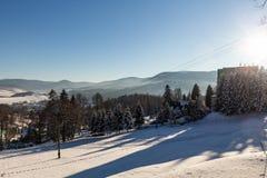 Vinterpanoramalandskapet med skogen, träd täckte snö och soluppgång winterly morgon av en ny dag Vinterlandskap med solnedgång royaltyfri foto