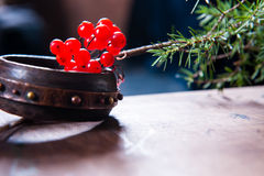 Vinterplatsen med nya gröna filialer av sörjer, järnek, en, kottar, stjärnan, röd bärbarberry i naturligt trä Arkivbilder