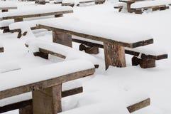 Vinterplatsen med parkerar bänken och snöar Arkivfoton