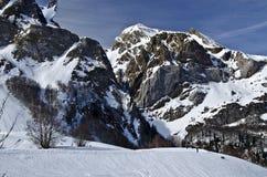 VinterPyrenees berg av Somport skidar semesterorten royaltyfri fotografi