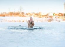 Vinterrekreation - simning i is-hål Royaltyfria Foton