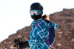 Vintersäsongfolk och landskapskidåkning Fotografering för Bildbyråer