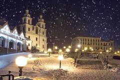 Vintersaga i Minsk, Vitryssland Julbakgrund av domkyrkan av nedstigningen av den heliga anden arkivfoto