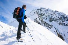 Vintersemester: bergsbestigaren tar en vila som ser mountaien arkivfoton
