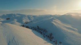 Vintersikt av berg på skymningen arkivfilmer