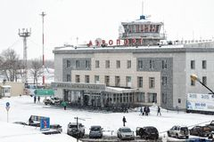 Vintersikt av den flygplatsPetropavlovsk-Kamchatsky staden kamchatka arkivfoto
