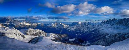 Vintersikt av Dolomites Arkivbilder