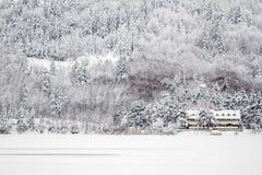 Vintersikt av ett chaletmotell nära sjön av Abant Arkivbilder