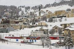 Vintersikten av det exklusivt skidar semesterorten av St Moritz på mars 06, 2009 i St Moritz, den Engadine dalen, Schweiz Royaltyfria Foton