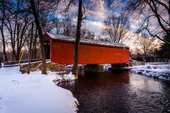 Vintersikten av Loys station täckte bron i lantliga Frederick C royaltyfria bilder