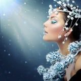 Vinterskönhetkvinna royaltyfri foto