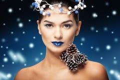 Vinterskönhetkvinna Julflickamakeup Smink Stående av den härliga unga kvinnan med silverjulbollar Arkivfoton
