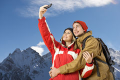 Vinterskog med skidåkare Royaltyfria Bilder