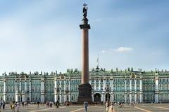 Vinterslott och Alexander Column i slottfyrkanten i St Petersburg Arkivbild