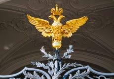 Vinterslott - portar med den dubbla hövdade örnen på den huvudsakliga ingången av vinterslotten i St Petersburg, Ryssland royaltyfria bilder