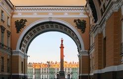 Vinterslottsikt till och med senatbågen på gryning, St Petersburg Arkivbild
