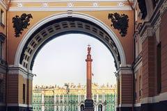 Vinterslottsikt till och med senatbågen på gryning, St Petersburg Arkivfoto