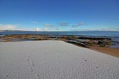 Vintersnö på den Dornoch stranden Arkivbild