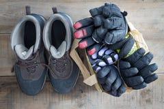 Vintersnökängor med handskar och tumvanten Arkivbilder