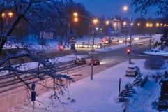 Vintersnökatastrof i en stad snöstorm på en väg, bilar i snö Bästa sikt till avenyn som täckas med insnöad otta eller evenin arkivbild