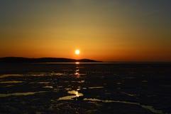 Vintersolnedgång över Crystal Lake Royaltyfria Foton