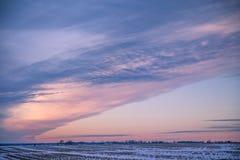 Vintersolnedgång över snöig amerikanska havrefält i vinter med Clo arkivbilder