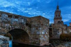 Vintersolnedgång i den medeltida staden royaltyfri foto