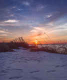Vintersolnedgång på havet arkivbild