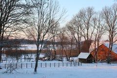 Vintersolnedgång vid sjön royaltyfri fotografi