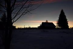 Vintersolnedgång i bergen Arkivbilder