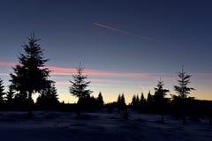 Vintersolnedgång i bergen Arkivfoton