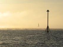 Vintersolsken till och med havsdimma på Irvine, Ayrshire, Skottland Royaltyfri Foto