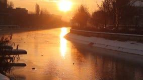 Vintersoluppgång över floden arkivfilmer
