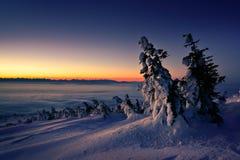 Vintersoluppgång på det Babia berget poland Arkivfoton