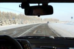 Vinterspårsikt från inre bilen royaltyfri bild