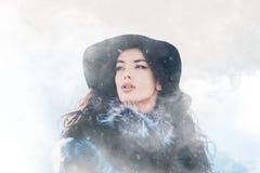 Vinterstående av den härliga unga flickan Arkivbilder