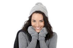 Vinterstående av den lyckliga kvinnan Arkivfoton