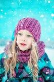 Vinterstående av en nätt liten flicka Arkivfoto